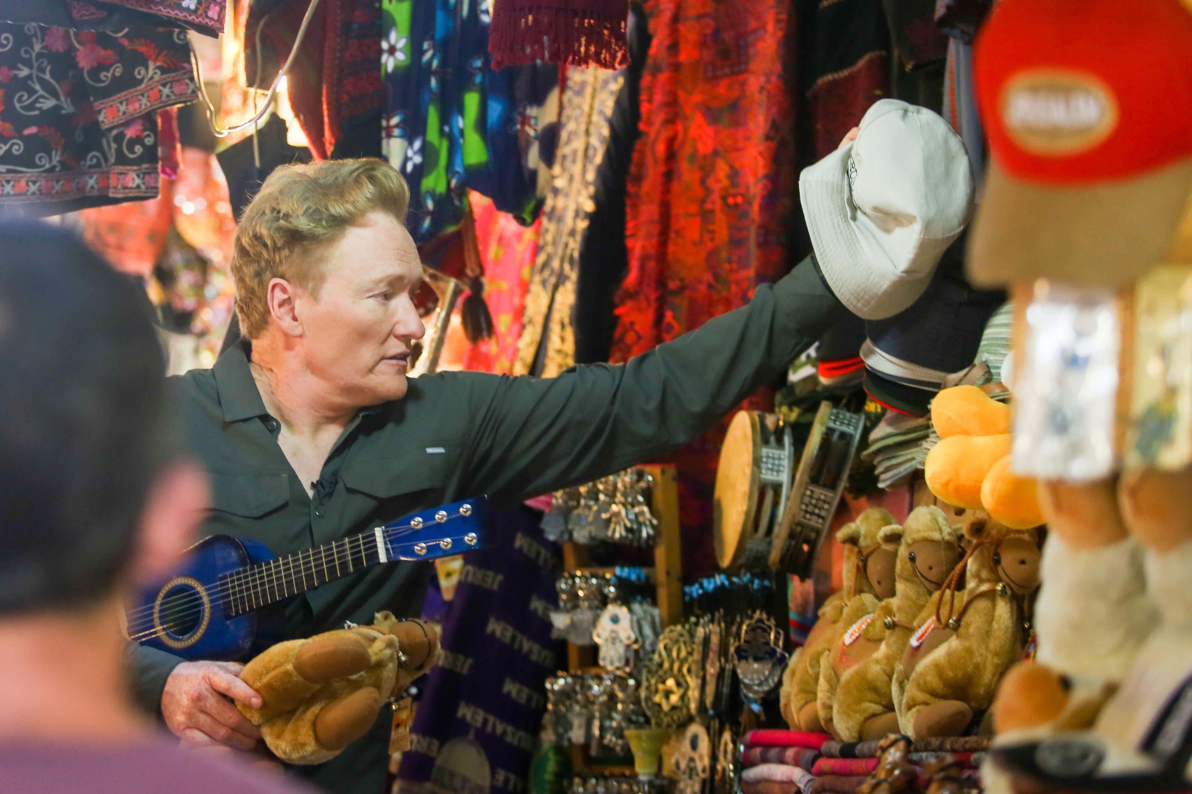 Conan O'Brien shops in the market in Jerusalem (MARC ISRAEL SELLEM/THE JERUSALEM POST)