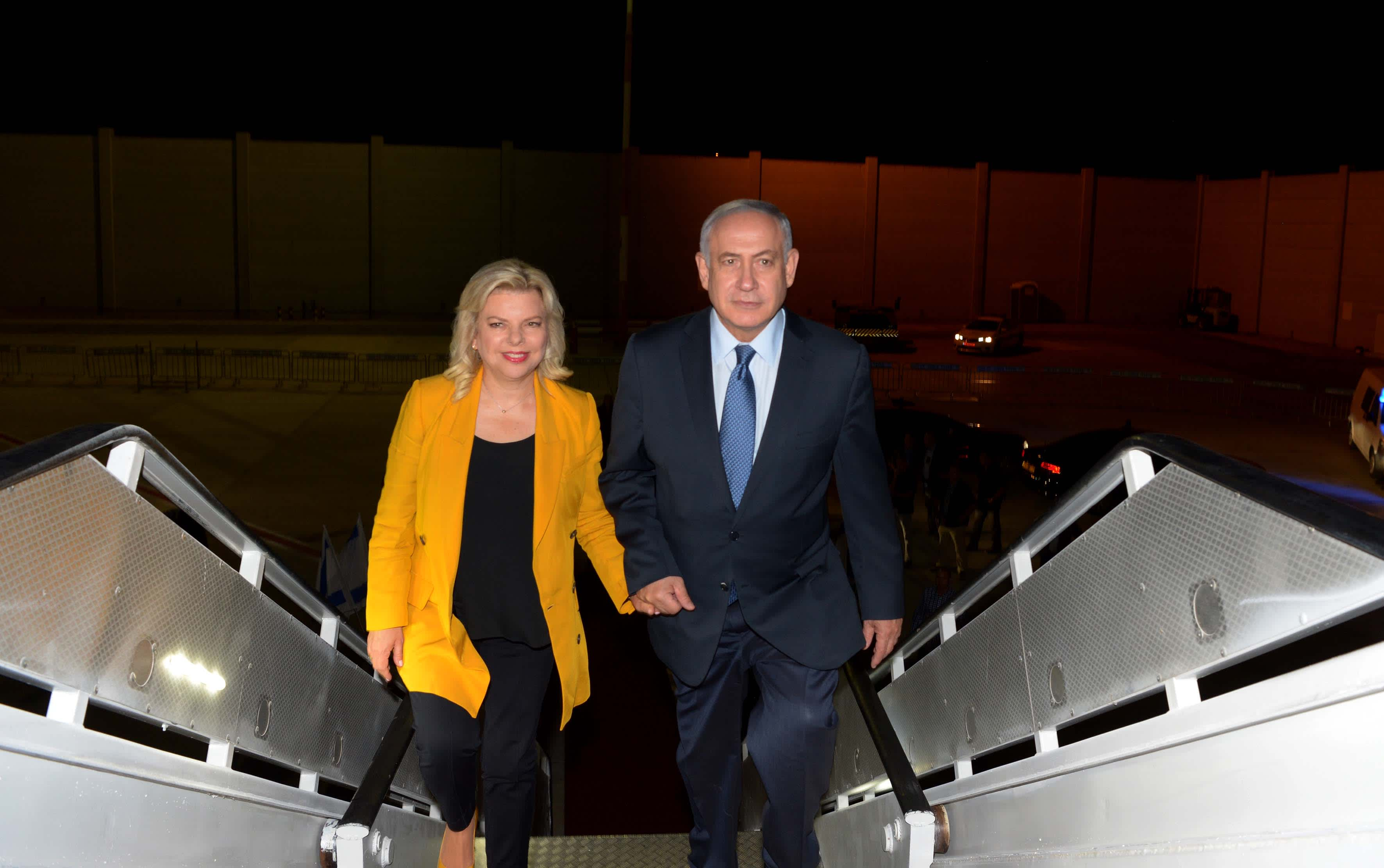 Prime Minister Benjamin Netanyahu and his wife, Sara Netanyahu en route to South America, September 10, 2017. (Avi Ohayon/GPO)