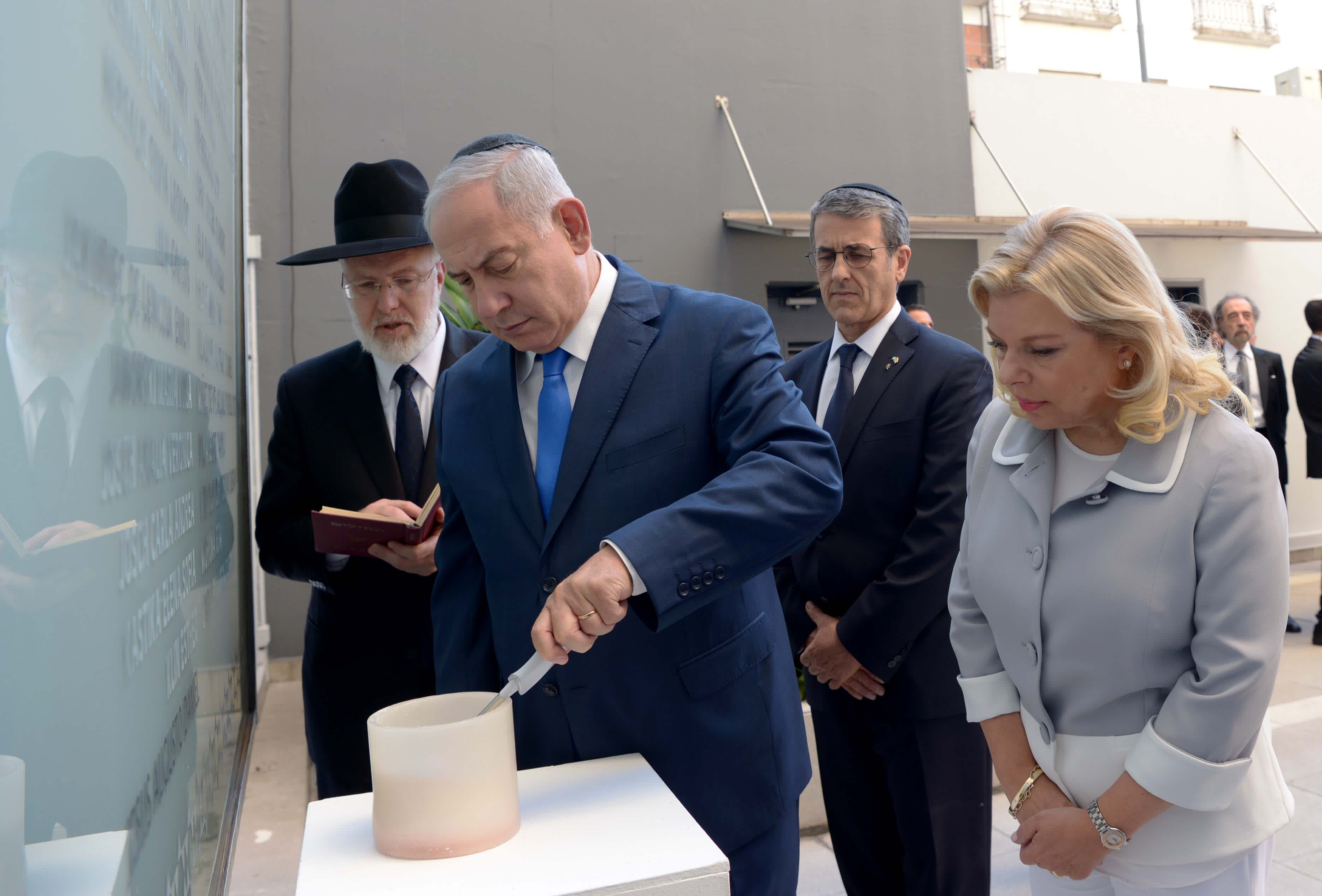 Prime Minister Benjamin Netanyahu and his wife, Sara Netanyahu at a memorial for the Buenos Aires embassy attack of 1992 with Argentinian President Mauricio Macri, September 11, 2017. (Avi Ohayon/GPO)