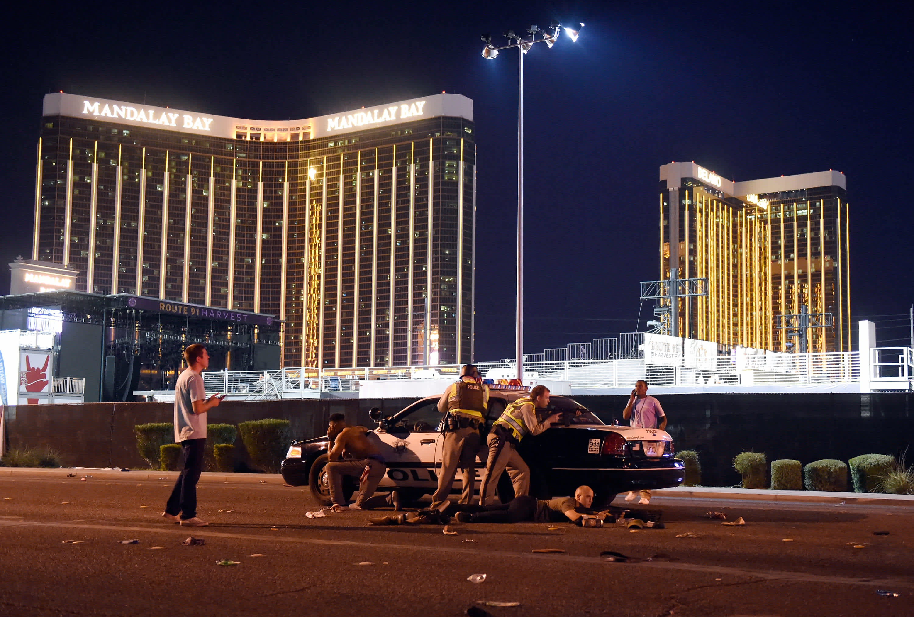 Las Vegas police stand guard along the streets of Las Vegas after a mass shooting (DAVID BECKER / GETTY IMAGES / AFP)