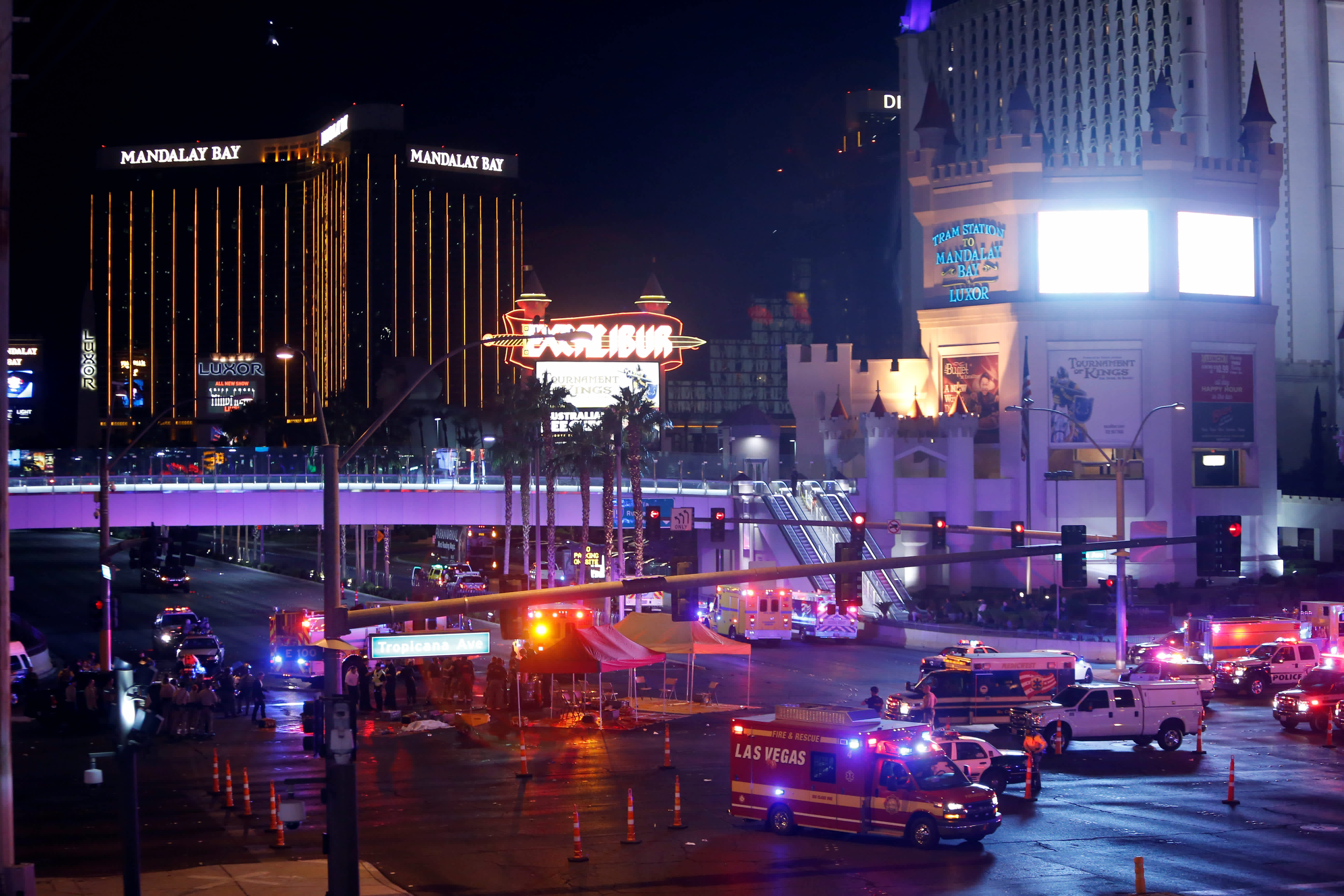 Las Vegas Police and medical workers stage after a mass shooting at a music festival in Las Vegas (STEVE MARCUS / REUTERS)