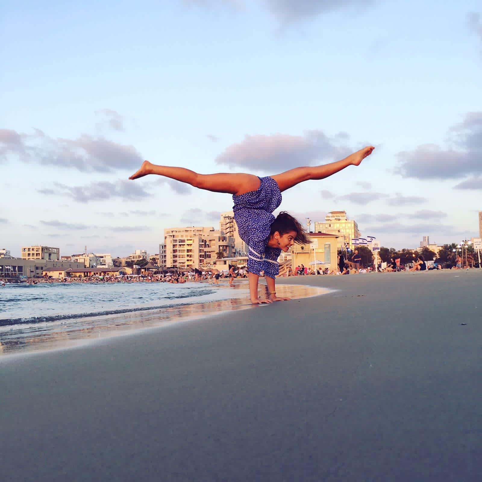 A Fashionating Israel participant poses on the Tel Aviv beach (IRA KHRAKOVSKY DOTAN)