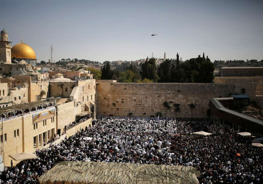 A general view shows Jewish worshippers taking part in the priestly blessing during the Jewish holiday of Sukkot, at the Western Wall, Judaism's holiest prayer site, in Jerusalem's Old City / REUTERS/AMIR COHEN