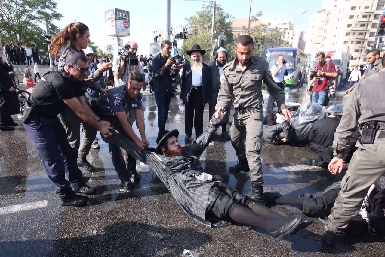 Israeli police breaking up an ultra-Orthodox protest in Jerusalem, September 17, 2017. (Marc Israel Sellem)