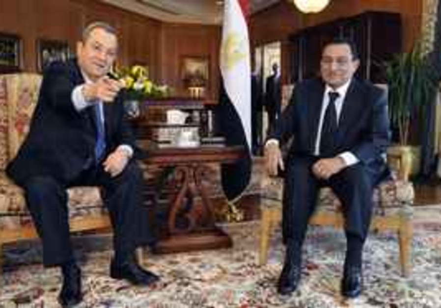 Barak meets with Mubarak in Egypt