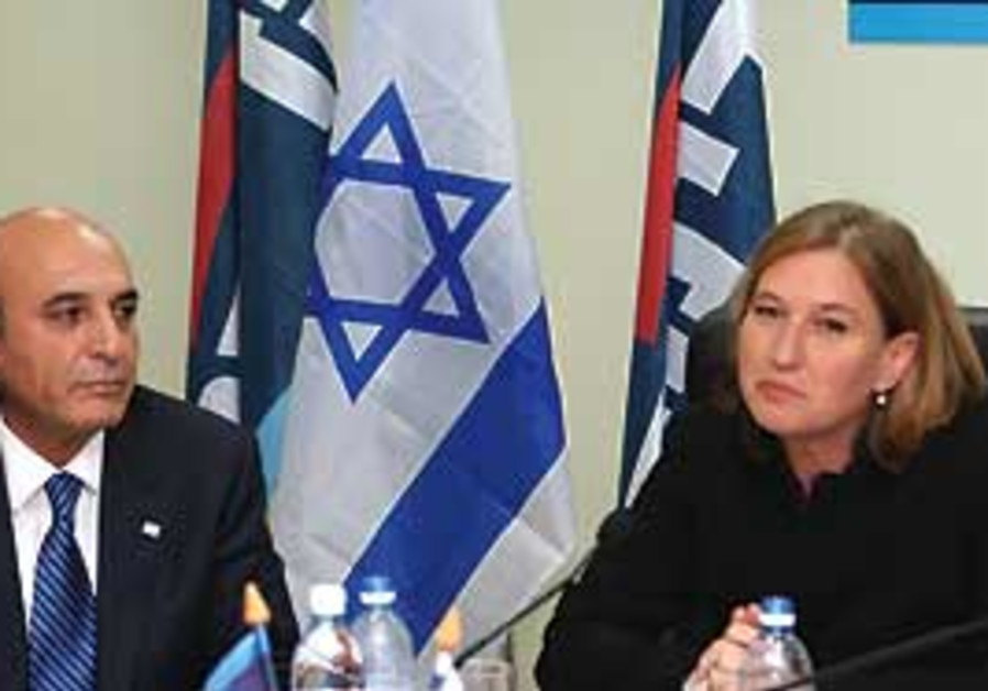 Kadima leader Tzipi Livni (right) and Shaul Mofaz