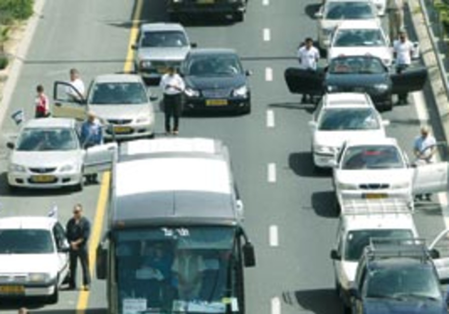 Israelis stand still as the sirens wail