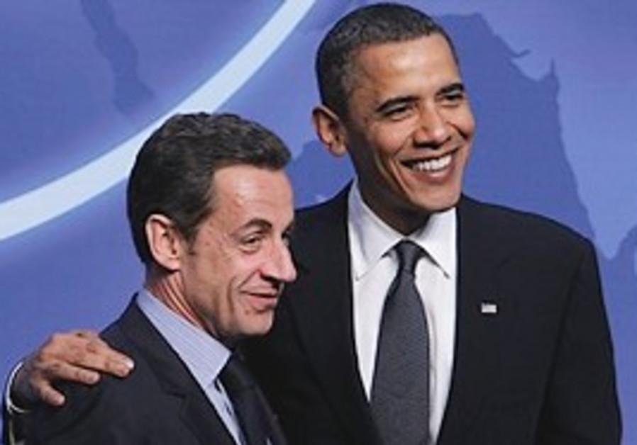 Obama greets Sarkozy during the official arrivals