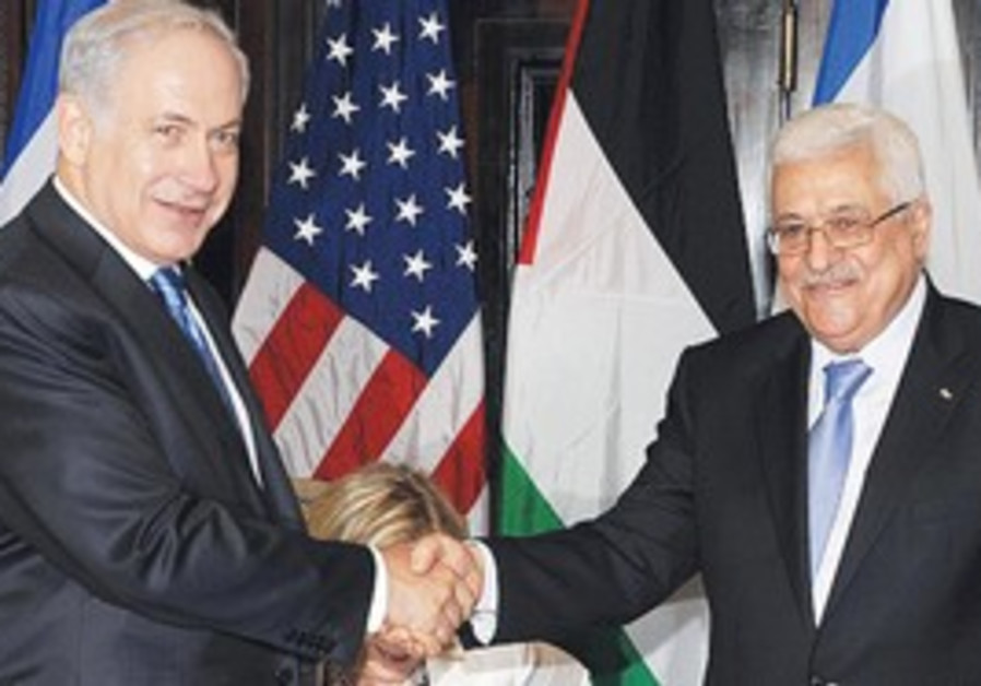Netanyahu shaking hands with Abbas in Sharm.