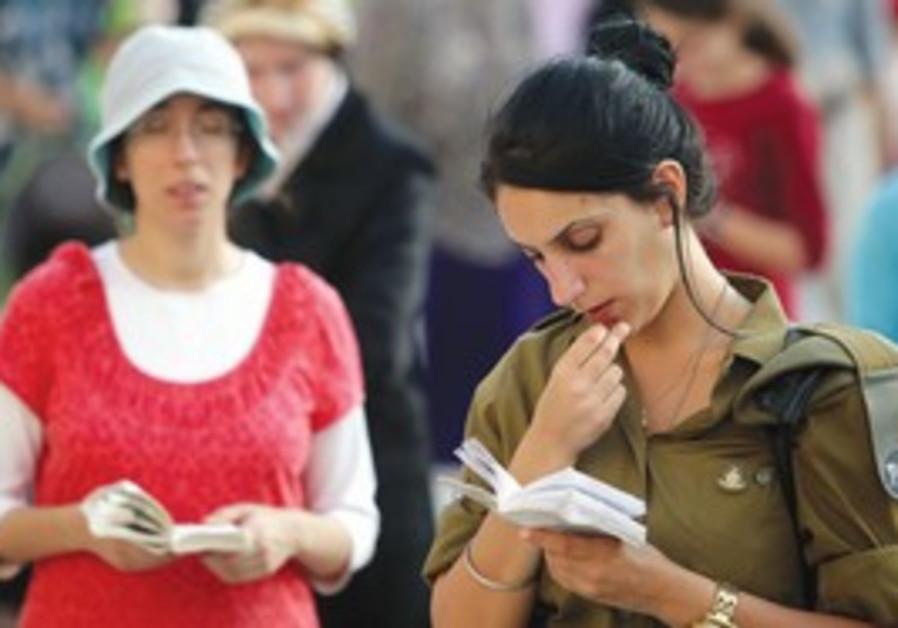 Illustrative photo: Soldier praying.