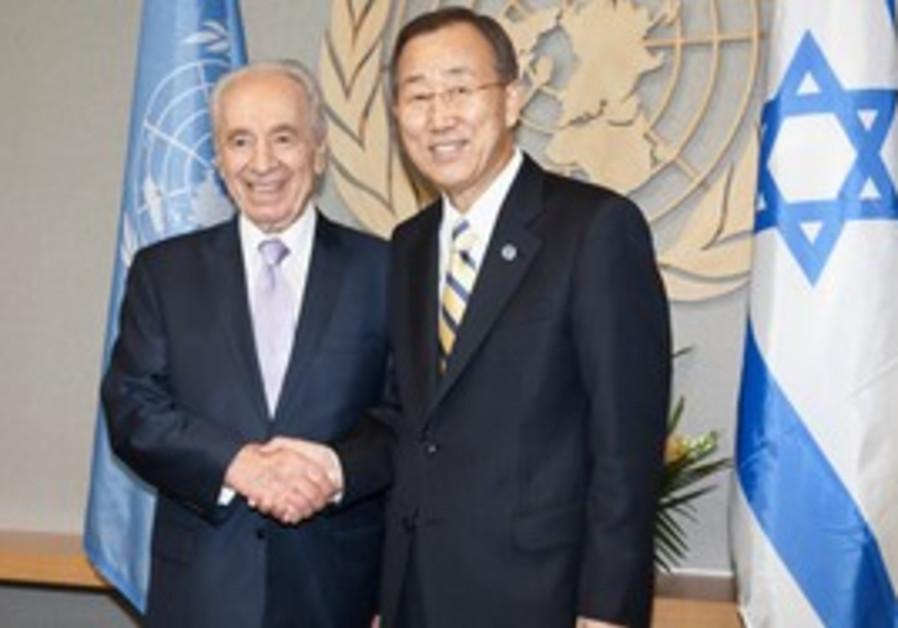 Peres Ban Ki Moon shaking hands