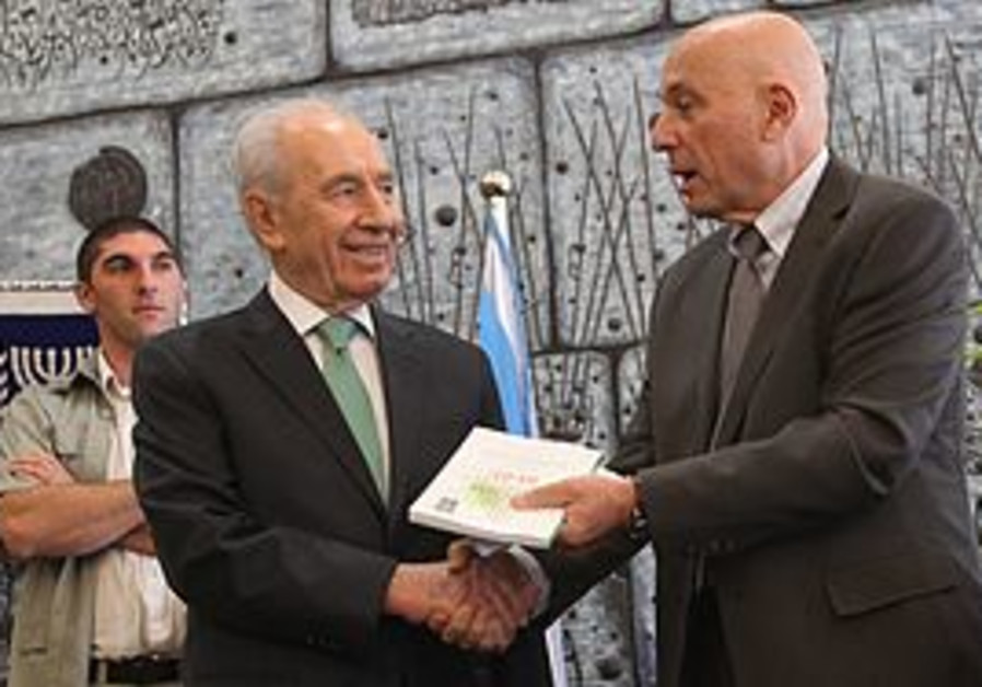 Shimon Peres accepts the 2010 Israeli Democracy Ra