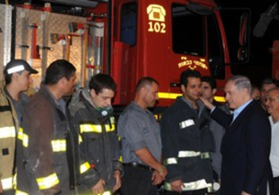PM Netanyahu meeting with firefighters in North