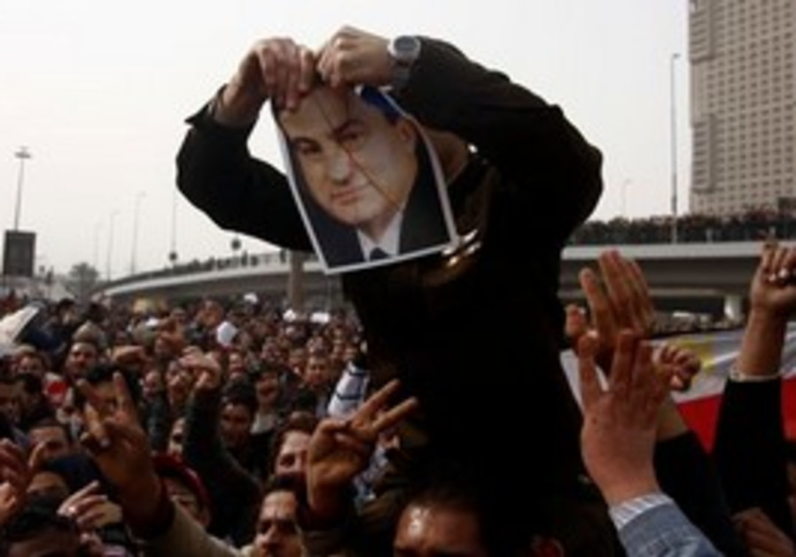 Soldier joins protesters, rips picture of Mubarak