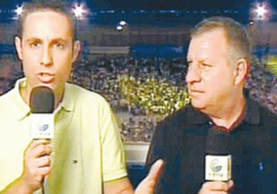 Israel tv sports commentator Danny Neuman (right)