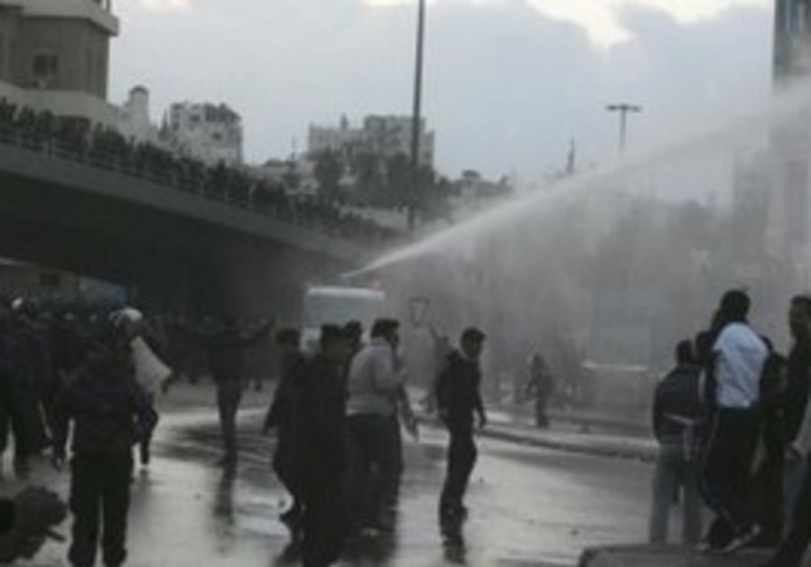 Water canon hits Jordanian protesters
