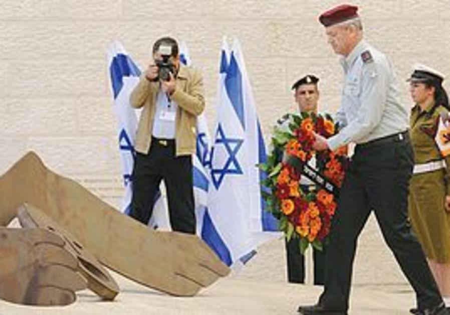 Benny Gantz lays wreath at Yad Vashem