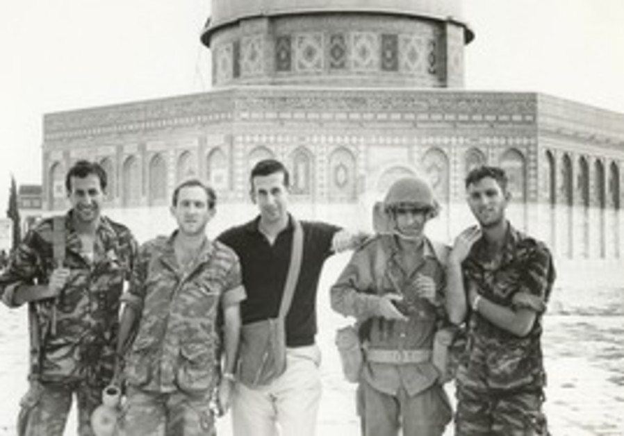 Rabinovich with paratroopers during Six Day War.