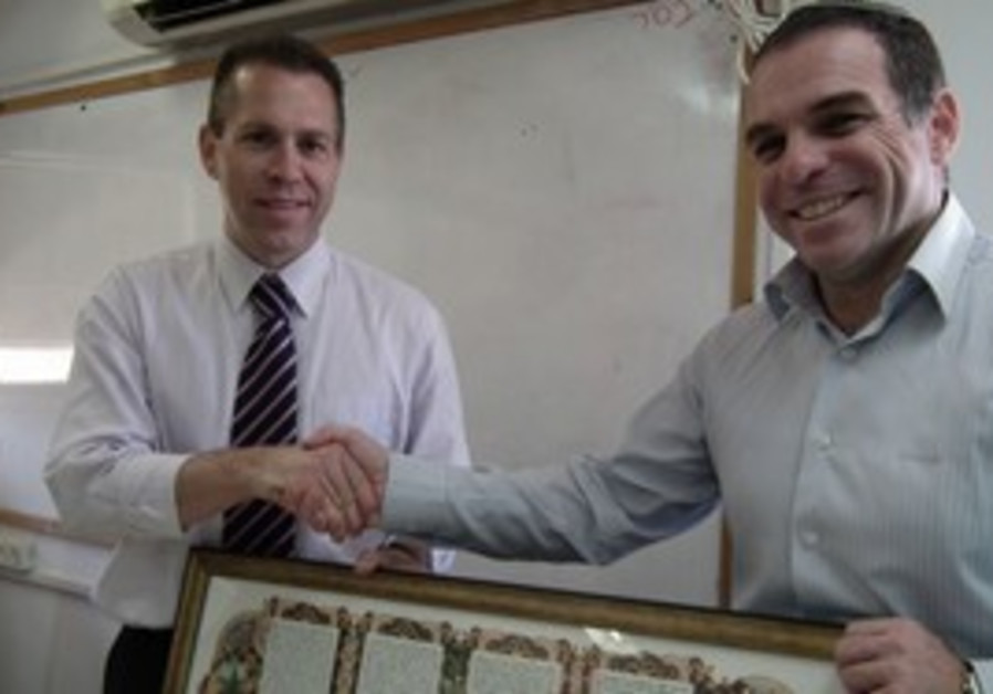 Efrat Mayor Oded Revivi with Minister Gilad Erdan