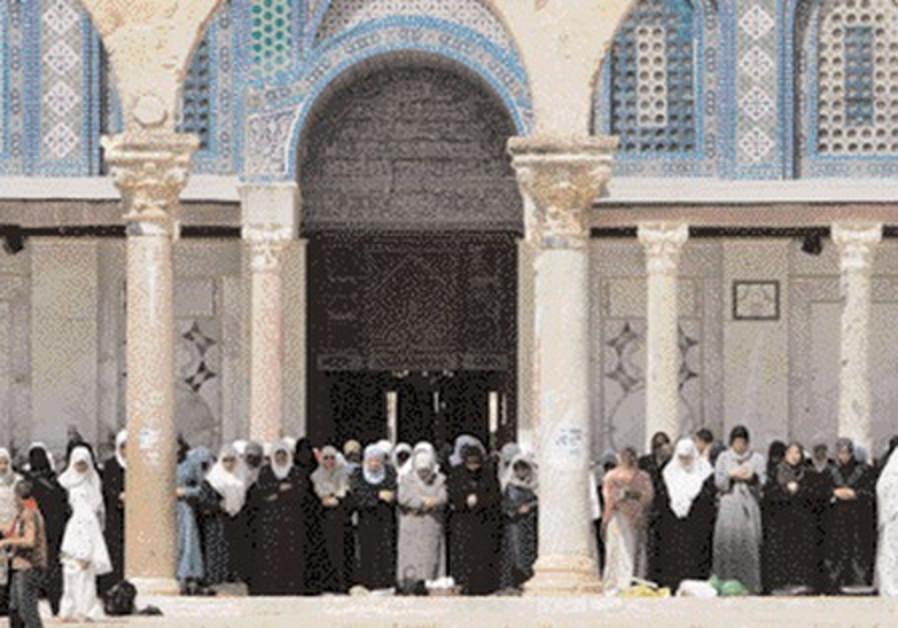 Palestian worshippers at J'lem's Al-Aksa Mosque