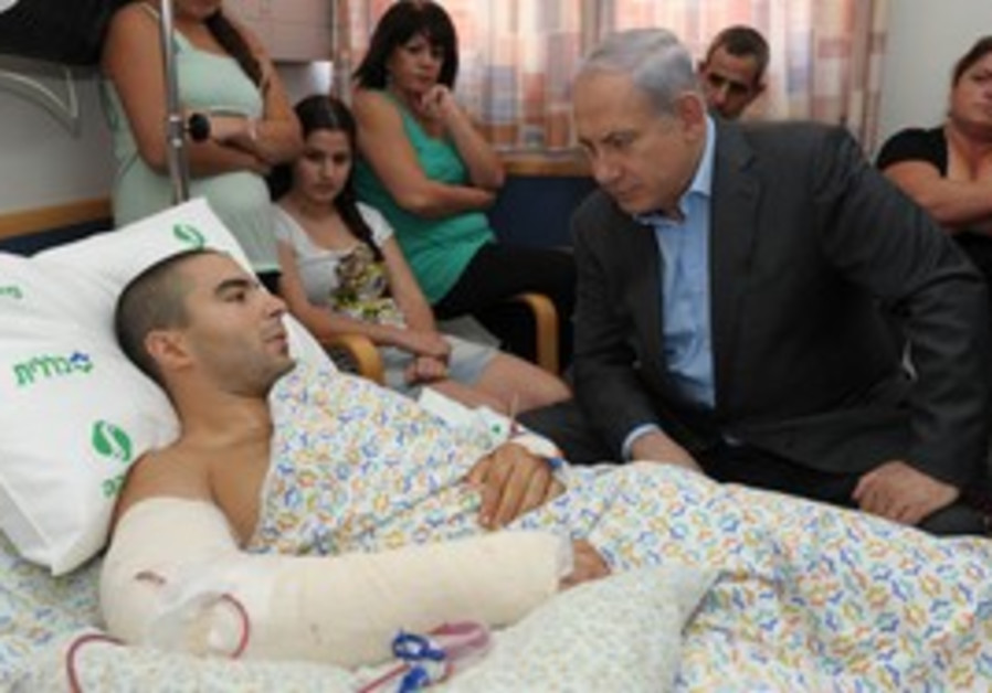 Prime Minister Netanyahu visits wounded soldier