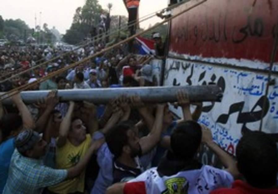 Egyptian protesters attack Israel embassy in Cairo