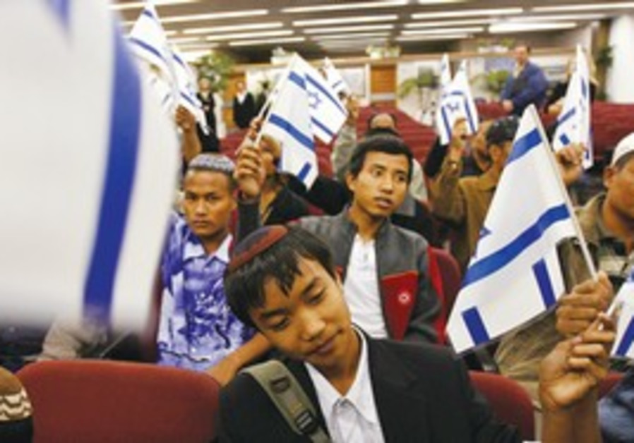 BNEI MENASHE Jews from India land in Israel (2006)