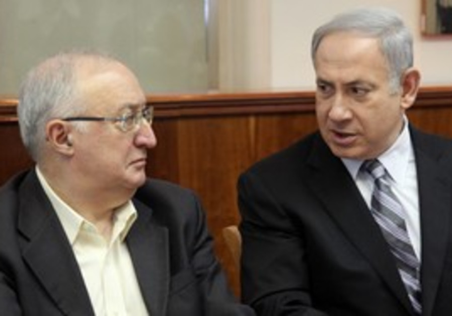 PM Netanyahu with Prof. Trajtenberg at cabinet