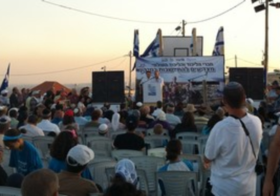 Shevach Stern speaking at Migron rally