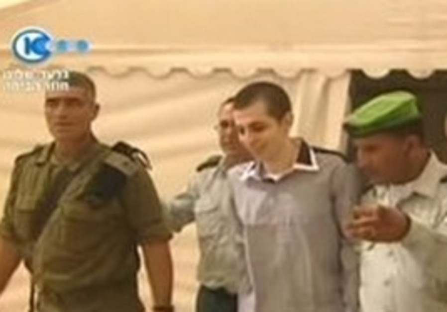Gilad Schalit first meets with IDF officers