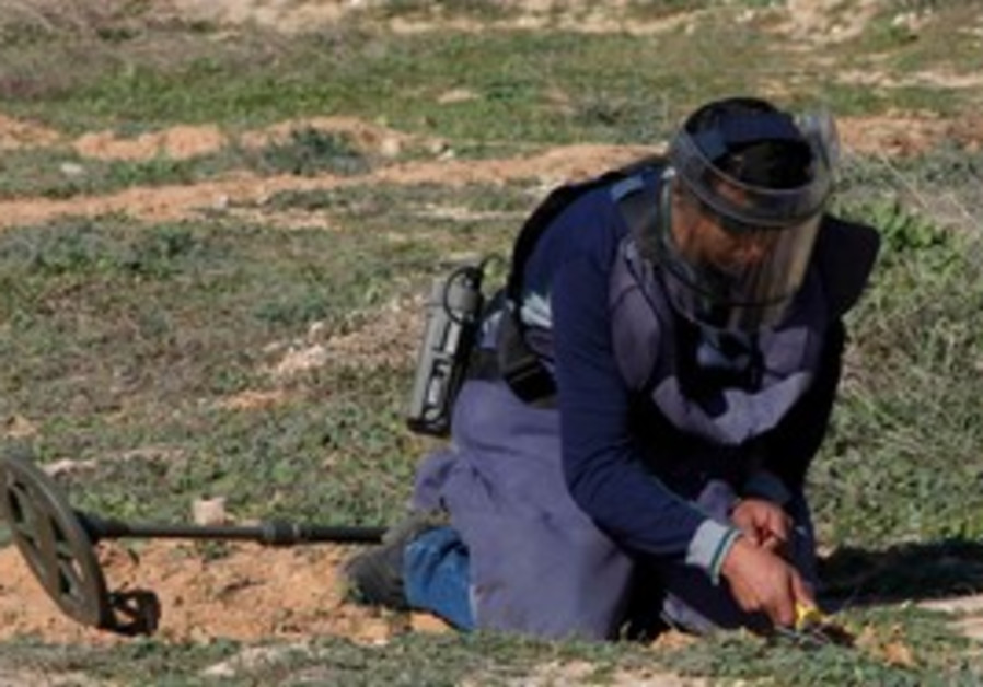 Sapper searched for landmines in Libya