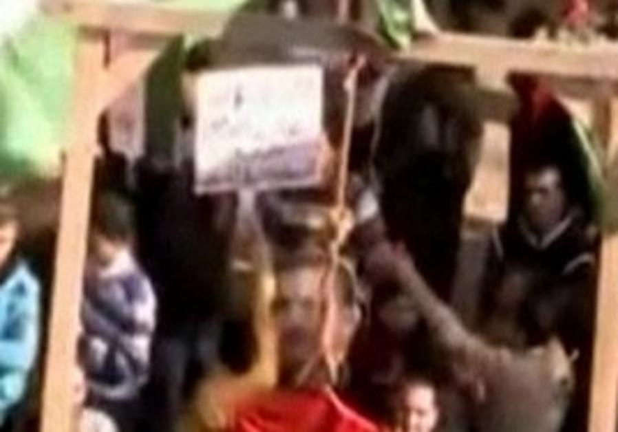 Amatuer video - Syrians hanging Assad in effigy