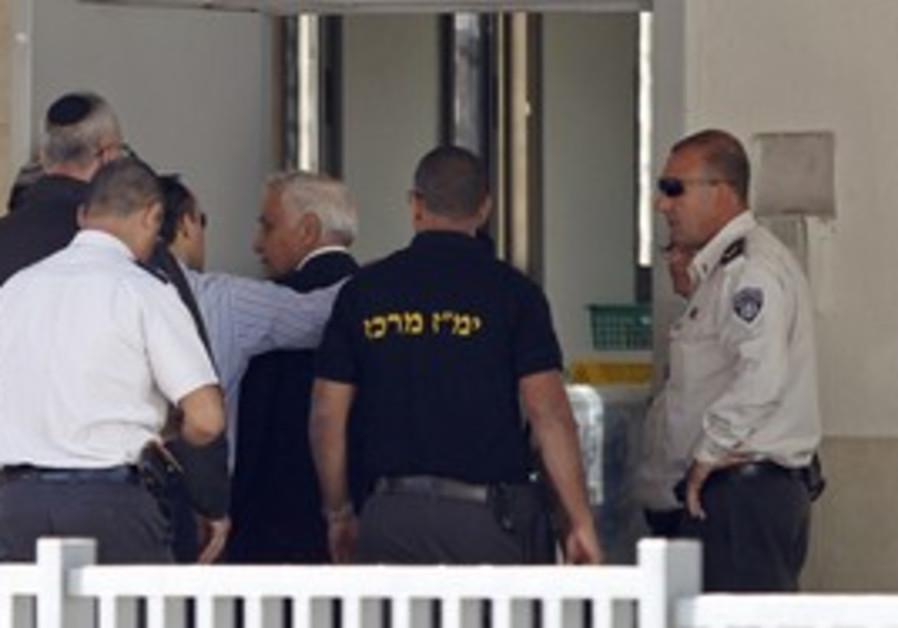Katsav enters Massiyahu prison