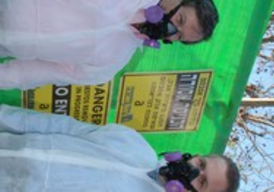 Erdan and Nahariya mayor remove asbestos