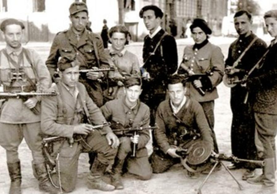 Vitka Kovner (R) with Jewish partisans.