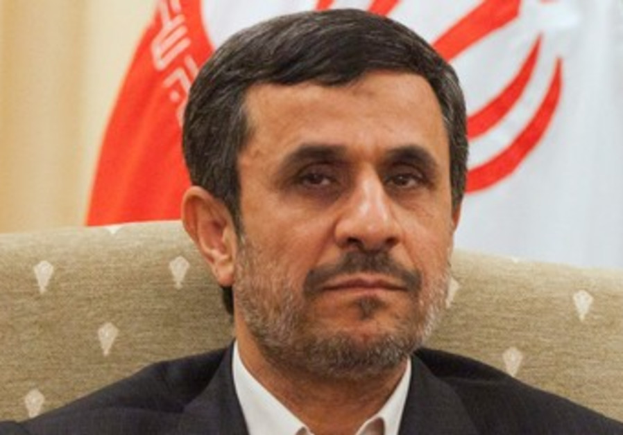 Ahmadinejad attends a meeting with Pakistan's PM