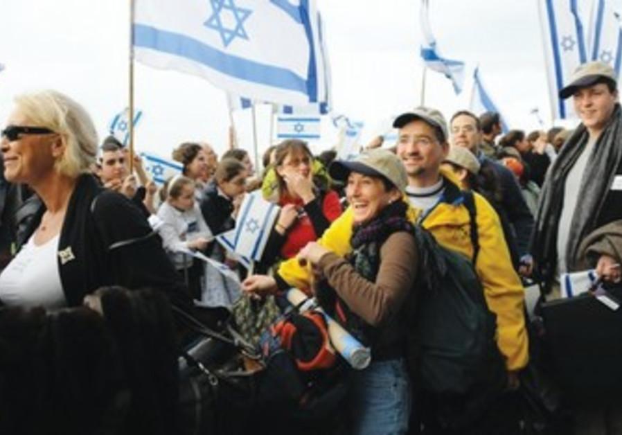 New olim arrive in Israel.