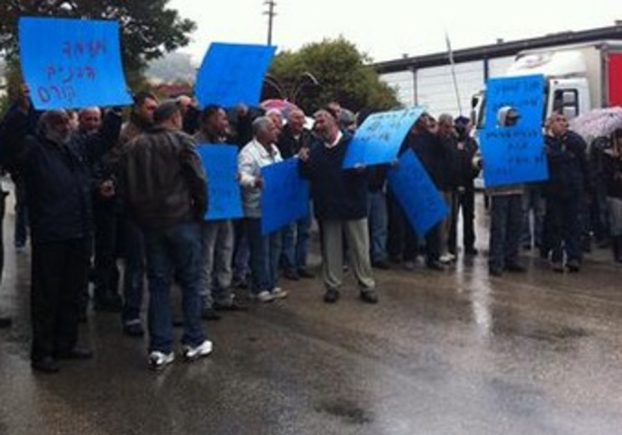 protesting workers at Pri Hagalil factory