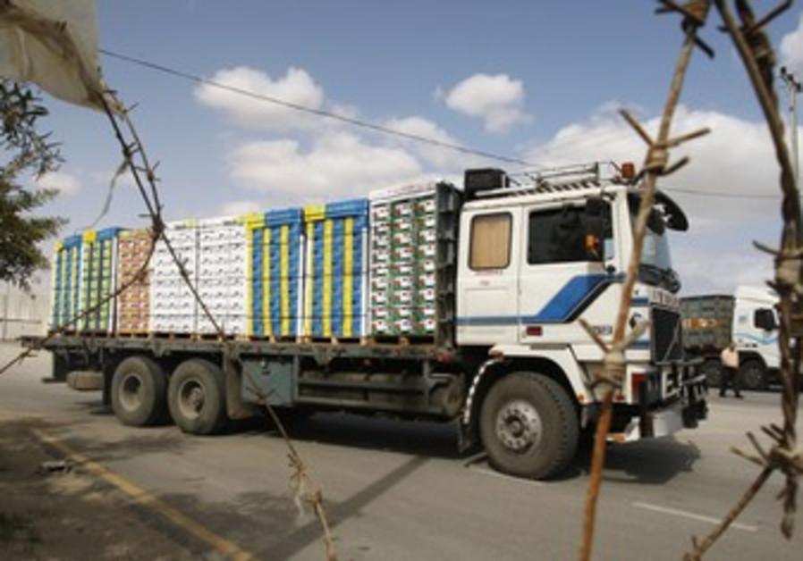Truck carrying fruit leaves Kerem Shalom crossing