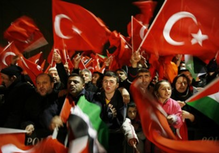 Turkish flags brandished in Istanbul