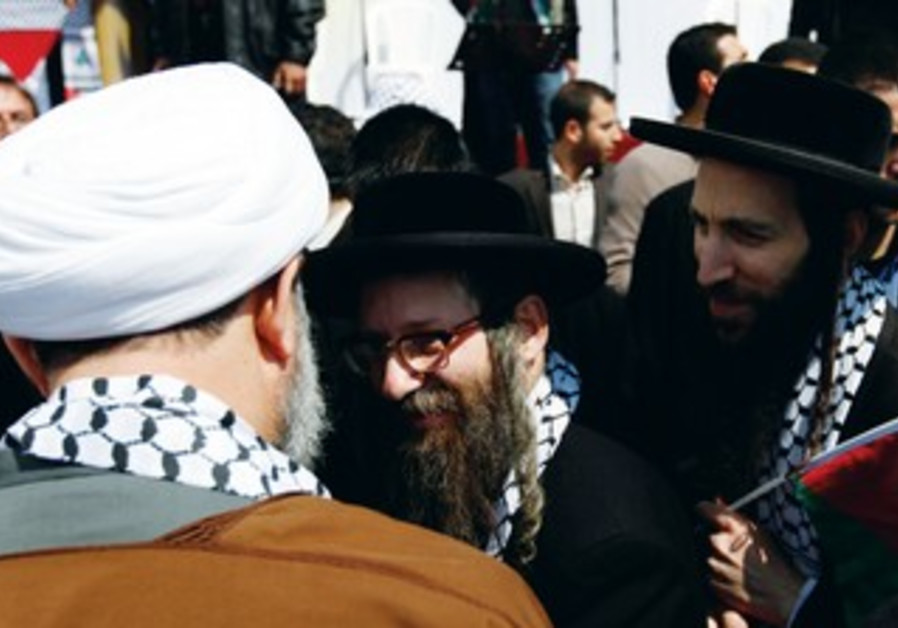 Hezbollah Seikh Kawooq greets delegates of Naturei Karta sect [file]