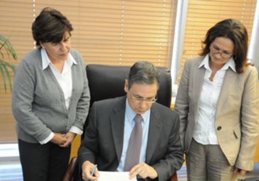 Ayalon signing petition