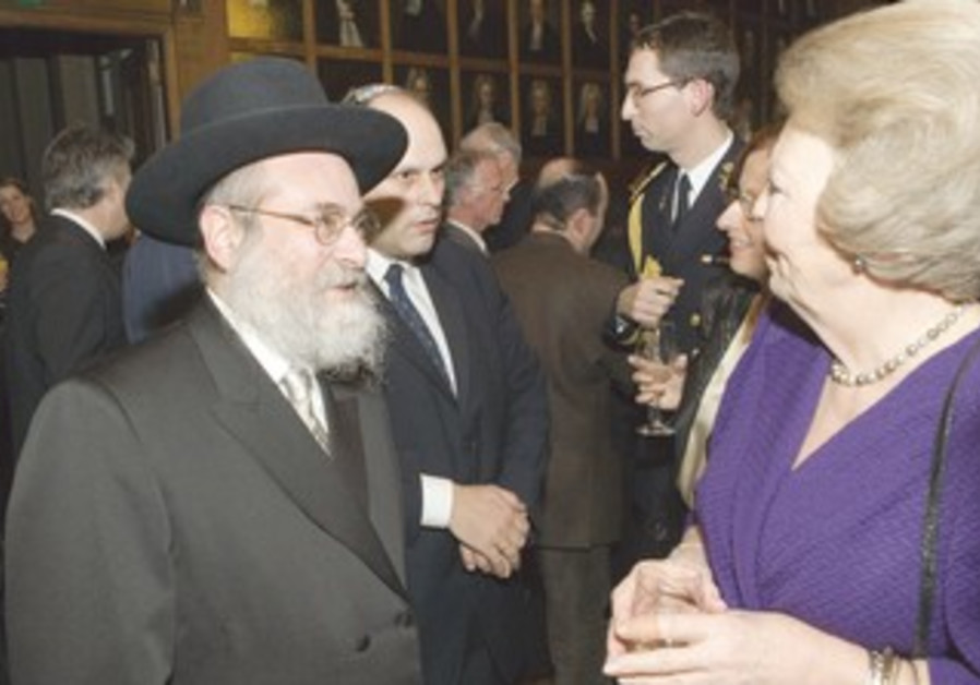 RABBI BINYOMIN JACOBS with Queen Beatrix [file]