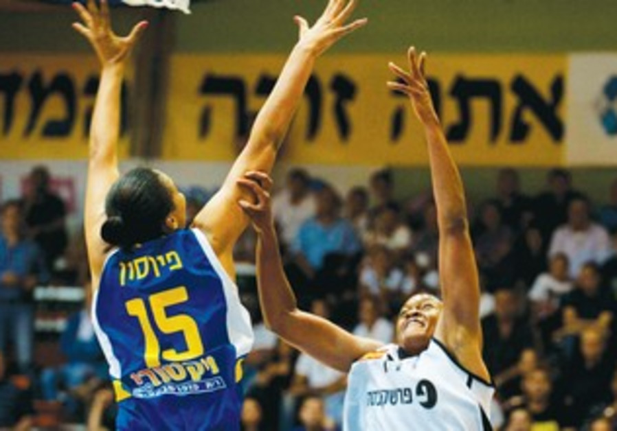 PLENETTE PIERSON (15) and Maccabi Ashdod battle
