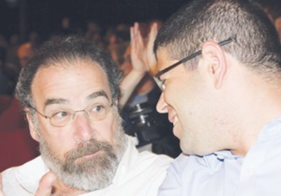 Mandy Patinkin (L) wth Peace Now director
