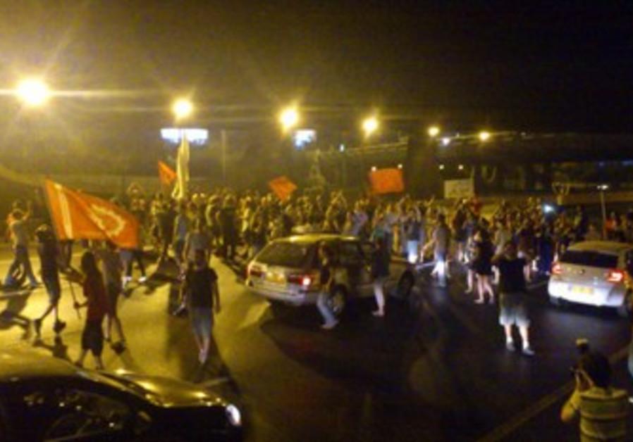 Social protesters block Ayalon Freeway