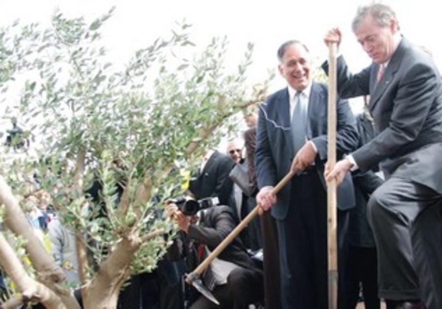 Horst Köhler with Haifa Mayor Yona Yahav