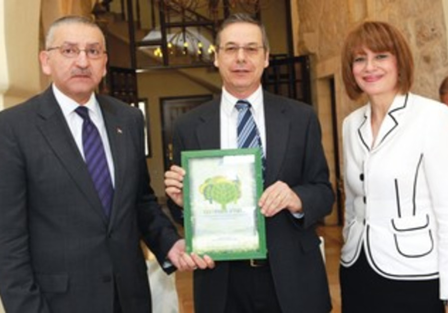 Ayalon (center) with Yasser Reda and wife, Nahla