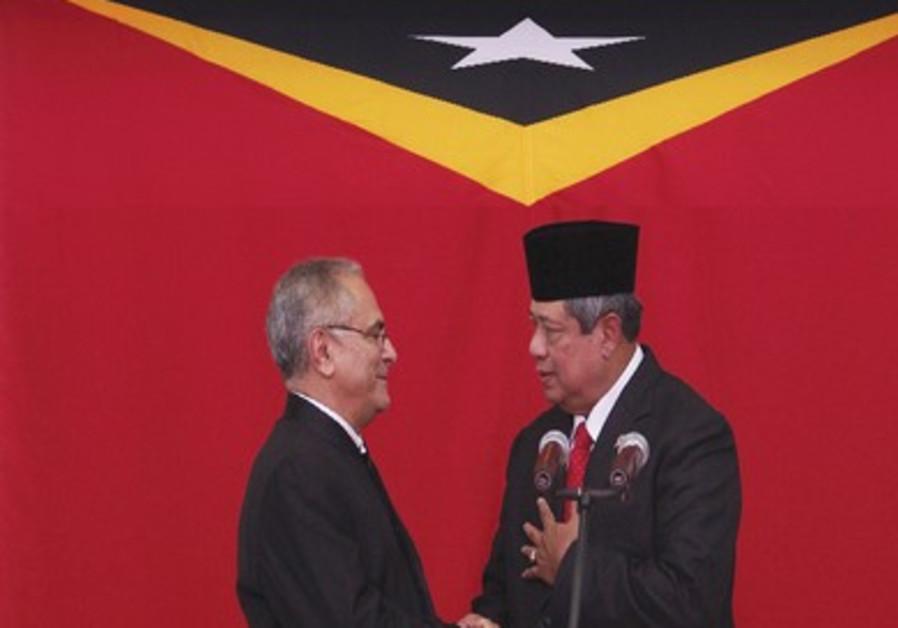 Yudhoyono shaking hands with Jose Ramos-Horta