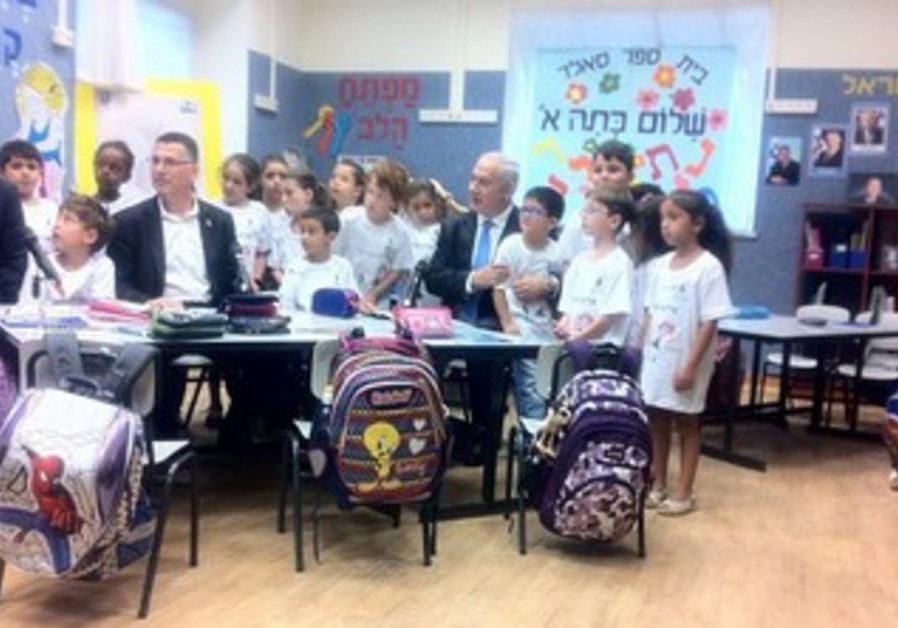 Netanyahu visits with pupils on 1st day of school